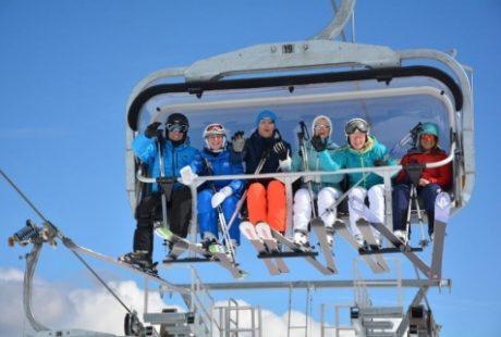 Daarom is skiën in groep zo fijn